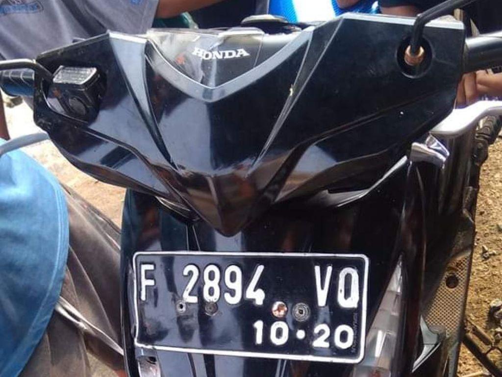 Pria Misterius Hancurkan Motor Saat Dikejar Warga di Sukabumi