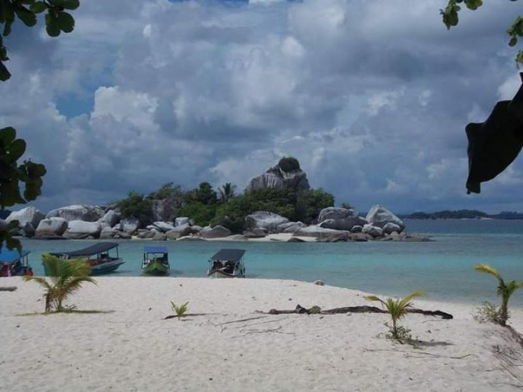 Cantiknya Pantai di Pulau Lengkuas Belitung