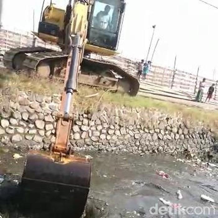 Sungai menjijikkan penuh sampah di Kabupaten Pasuruan akhirnya dikeruk. Sungai tersebut merupakan tempat pembuangan sampah warga sekitar.