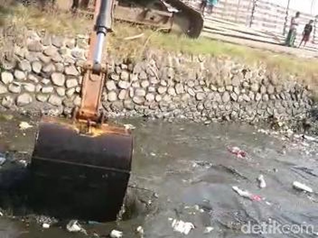 Sungai Menjijikkan Penuh Sampah di Pasuruan Akhirnya Dikeruk