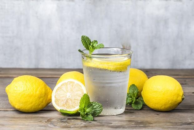Mitos Minum Air Lemon