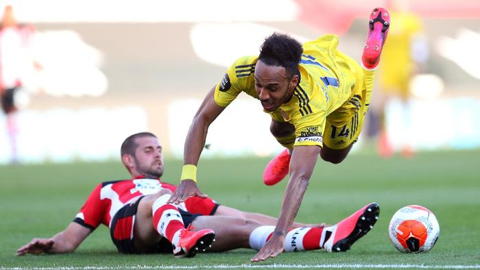 SOUTHAMPTON, ENGLAND - JUNE 25: Jack Stephens of Southampton fouls Pierre-Emerick Aubameyang of Arsenal leading to a red card during the Premier League match between Southampton FC and Arsenal FC at St Marys Stadium on June 25, 2020 in Southampton, United Kingdom. (Photo by Catherine Ivill/Getty Images)
