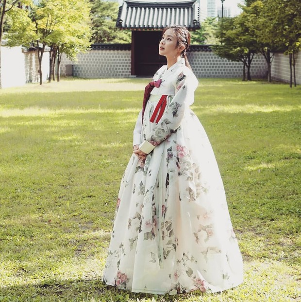 Fashion Kang Sora saat menggunakan hanbok