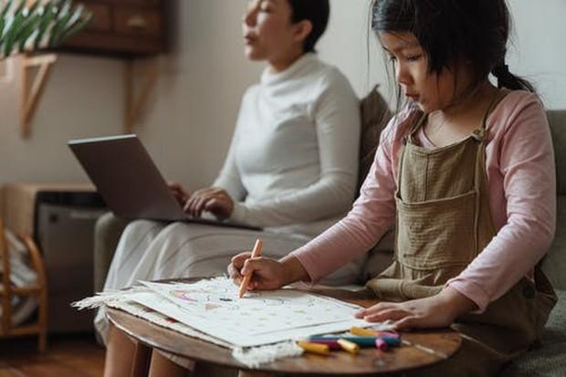 Memberikan contoh untuk penggunaan gadget dapat membantu mengurangi risiko kecanduan gadget pada anak.