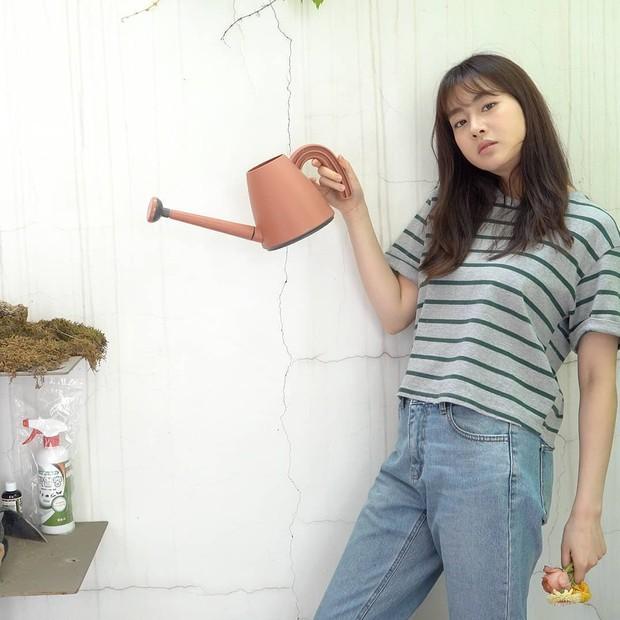 Fashion Kang Sora saat menggunakan T-Shirt dan Jeans