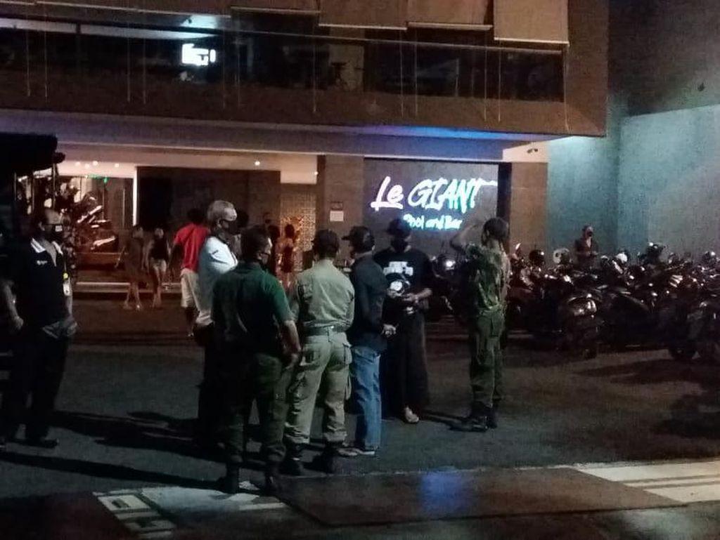 Nggak Kapok-kapok! Bule di Bali Party di Bar Tanpa Masker-Tak Jaga Jarak
