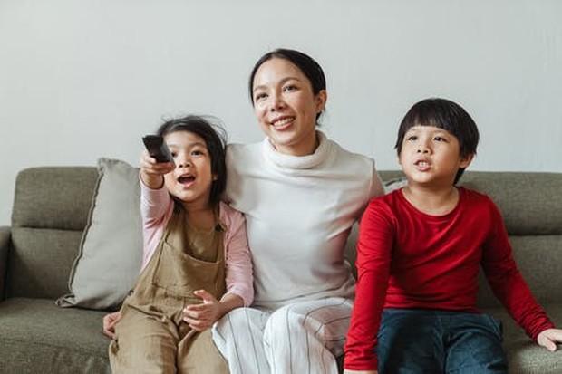 Menonton bersama dapat menjadi alternatif untuk aktivitas seru anak-anak.