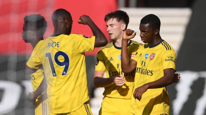 SOUTHAMPTON, ENGLAND - JUNE 25: Eddie Nketiah of Arsenal celebrates with teammates after scoring his sides first goal during the Premier League match between Southampton FC and Arsenal FC at St Marys Stadium on June 25, 2020 in Southampton, United Kingdom. (Photo by Mike Hewitt/Getty Images)