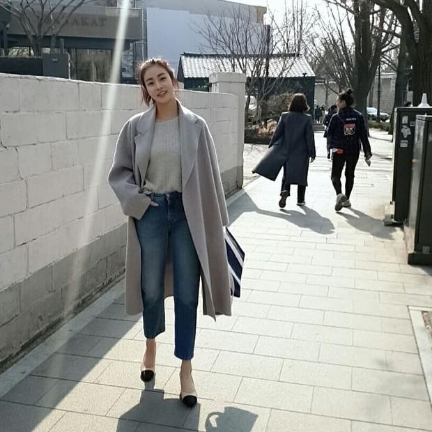 Fashion Kang Sora saat menggunakan long coat