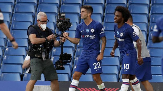 Chelsea's Christian Pulisic, centre, celebrates after scoring his teams first goal during the English Premier League soccer match between Chelsea and Manchester City at Stamford Bridge, in London, England, Thursday, June 25, 2020. (AP Photo/Paul Childs,Pool)