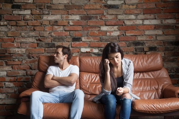 Jika pasanganmu sering menjauh dan tak peduli dengan masalahmu, ini jadi tanda dia tak mengerti dirimu