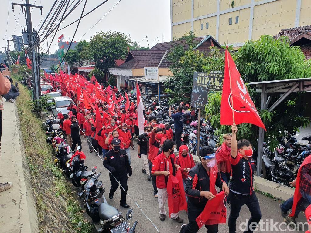PDIP Bekasi Long March ke Polres, Tuntut Polisi Tangkap Pembakar Bendera Partai