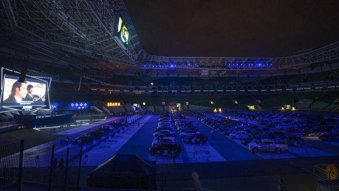 Salah satu stadion bola paling modern di Brasil berubah fungsi di masa pandemi COVID-19. Stadion itu kini jadi lokasi bioskop drive-in.