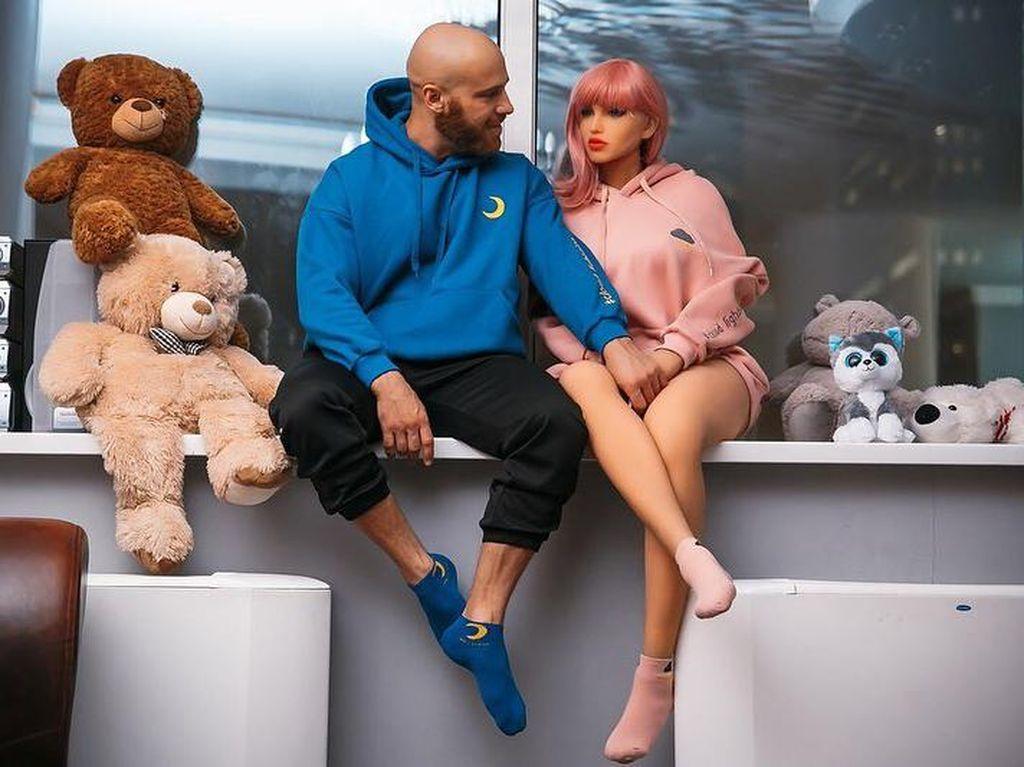 Kisah Cinta Binaragawan dengan Robot Seks, Bakal Segera Menikah