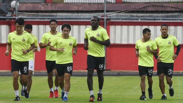 Sejumlah pesepak bola dan ofisial Bhayangkara FC berlari saat latihan mandiri di Stadion PTIK, Jakarta, Senin (22/6/2020). Sebanyak lima pesepak bola Bhayangkara FC itu berlatih secara mandiri saat masa pandemi COVID-19 untuk menjaga kondisi mereka agar dapat tampil maksimal dalam lanjutan Liga 1 2020. ANTARA FOTO/M Risyal Hidayat/hp.