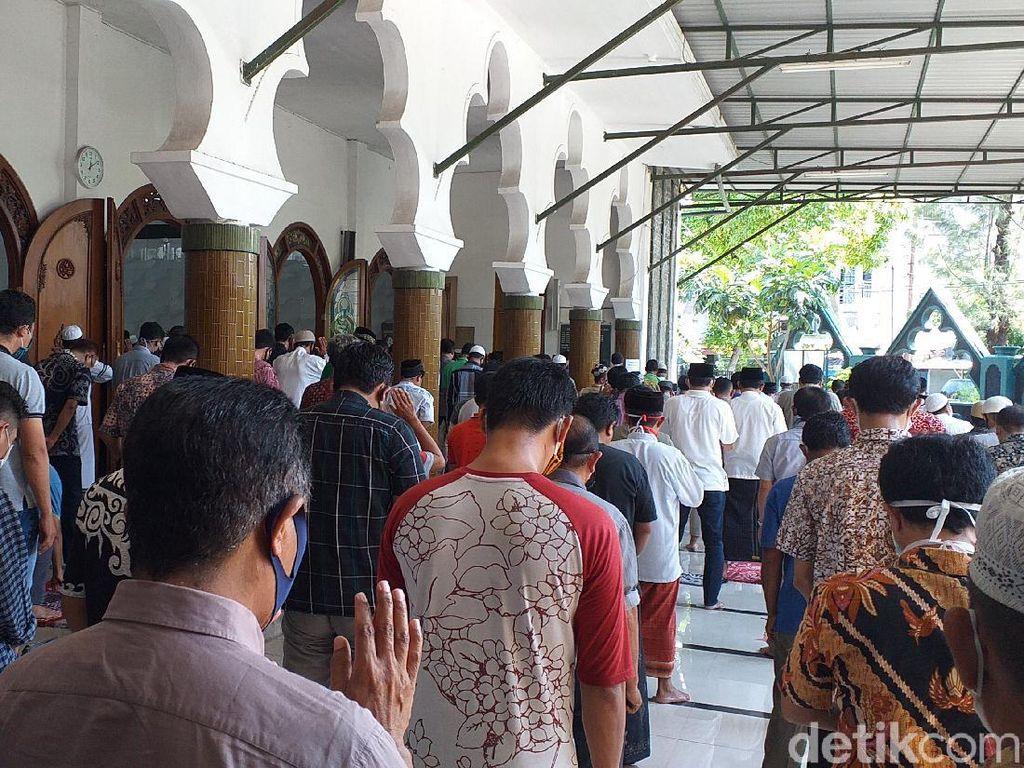 Jemaah Salat Jumat Membludak, Masjid di Surabaya Tetap Digelar Satu Gelombang