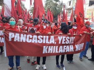 Massa PDIP Jakut Bentangkan Spanduk Pancasila Yes, Khilafah No