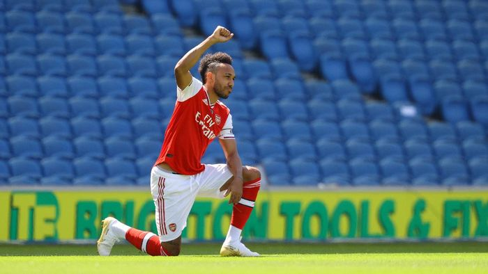 BRIGHTON, ENGLAND - JUNE 20: Pierre-Emerick Aubameyang of Arsenal takes a knee in support of the Black Lives Matter movement prior to the Premier League match between Brighton & Hove Albion and Arsenal FC at American Express Community Stadium on June 20, 2020 in Brighton, England. Football Stadiums around Europe remain empty due to the Coronavirus Pandemic as Government social distancing laws prohibit fans inside venues resulting in all fixtures being played behind closed doors. (Photo by Richard Heathcote/Getty Images)