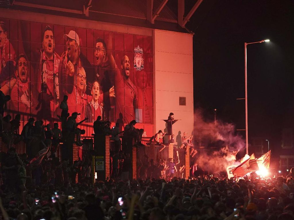 Video Fans Liverpool Nyampah di Anfield Saat Rayakan Juara