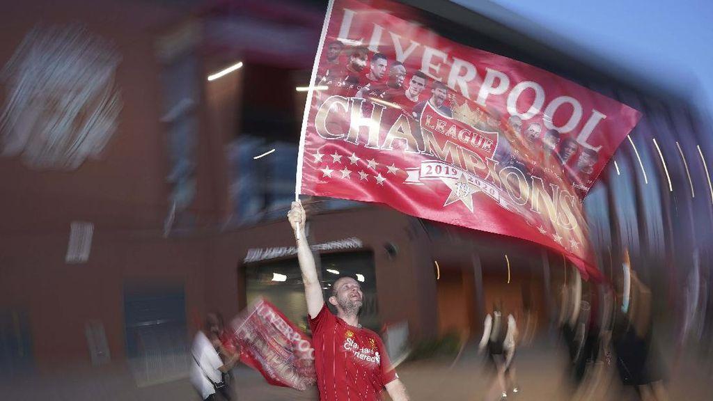 Rayakan Gelar Juara, Suporter Liverpool Turun ke Jalan