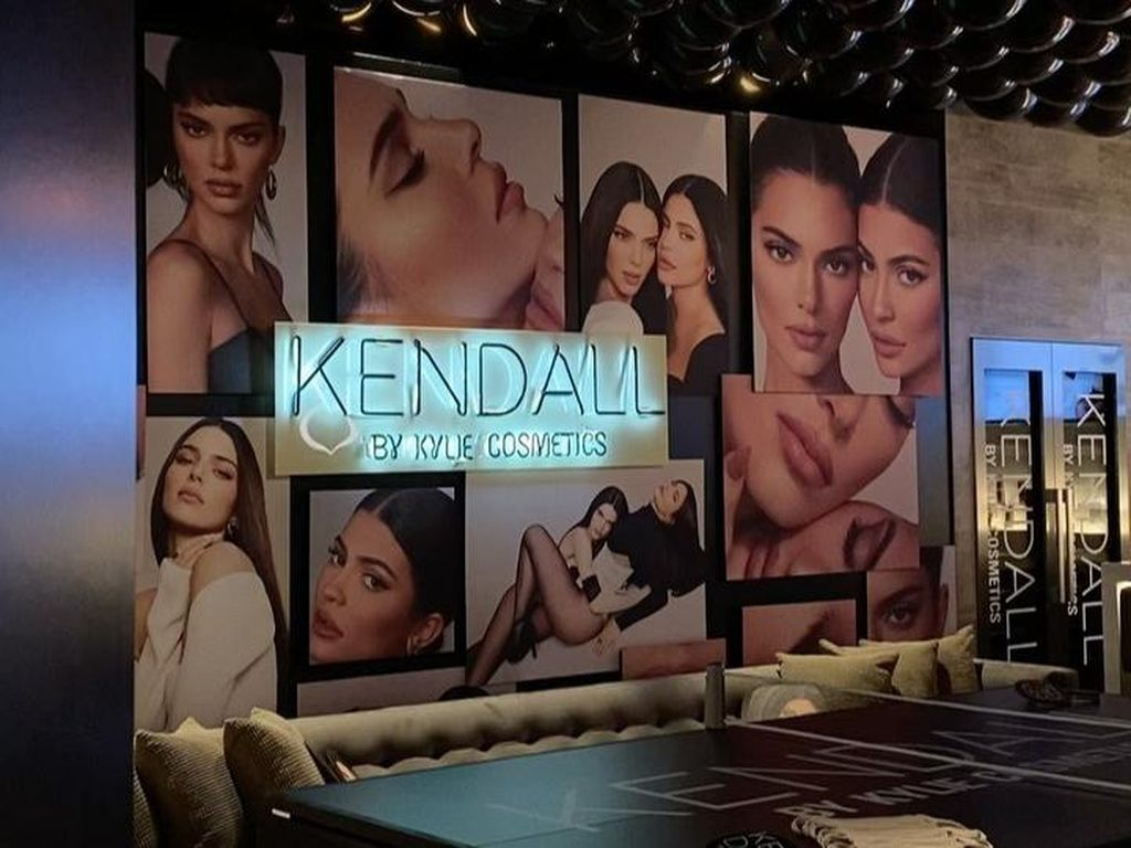 Kylie Jenner Pamer Ruang Bawah Tanah Rumah yang Dijadikan Bar dan Bioskop