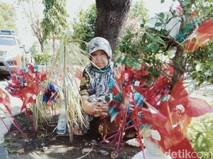 Kisah Sabarnya Nenek 80 Tahun Penjual Kincir Angin di Klaten