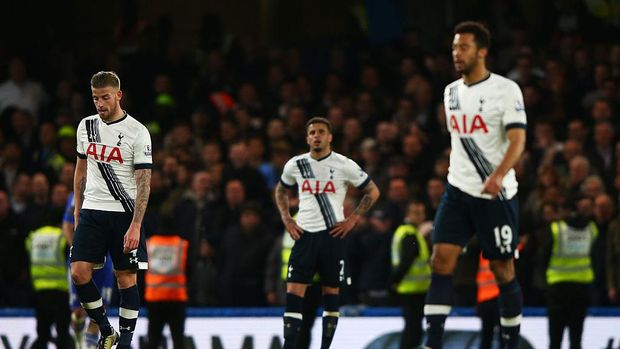 LONDON, ENGLAND - MAY 02:  Dejected Spurs players react after conceding a second goal during the Barclays Premier League match between Chelsea and Tottenham Hotspur at Stamford Bridge on May 02, 2016 in London, England.  (Photo by Ian Walton/Getty Images)
