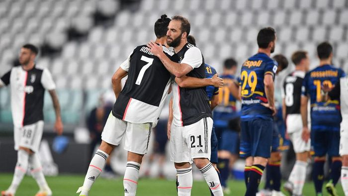 TURIN, ITALY - JUNE 26:  Gonzalo Higuain and Cristiano Ronaldo of Juventus celebrate victory at the end of the Serie A match between Juventus and  US Lecce at Allianz Stadium on June 26, 2020 in Turin, Italy.  (Photo by Valerio Pennicino/Getty Images)