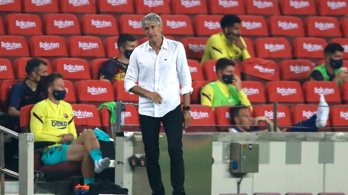 BARCELONA, SPAIN - JUNE 23: Quique Setien, Manager of Barcelona reacts during the Liga match between FC Barcelona and Athletic Club at Camp Nou on June 23, 2020 in Barcelona, Spain. Football Stadiums around Europe remain empty due to the Coronavirus Pandemic as Government social distancing laws prohibit fans inside venues resulting in all fixtures being played behind closed doors. (Photo by Eric Alonso/Getty Images)