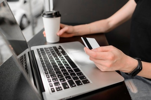 Belanja online memberikan kemudahan dari segi penghematan waktu dan uang.