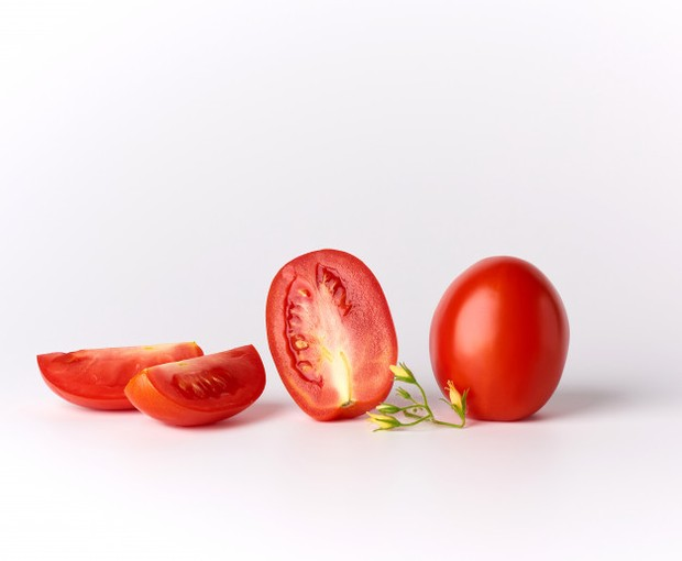 Tomat kaya akan likopen yang sangat penting dalam menjaga kulit dengan menyerap lebih banyak oksigen.