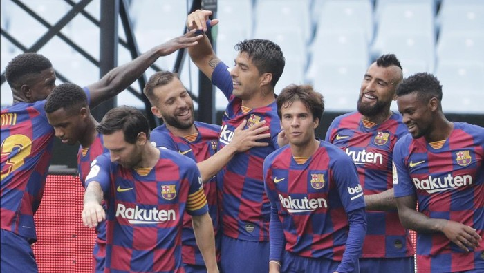 Barcelonas Luis Suarez, center, celebrates after scoring the opening goal during a Spanish La Liga soccer match between RC Celta and Barcelona at the Balaidos stadium in Vigo, Spain, Saturday, June 27, 2020. (AP Photo/Lalo Villar)