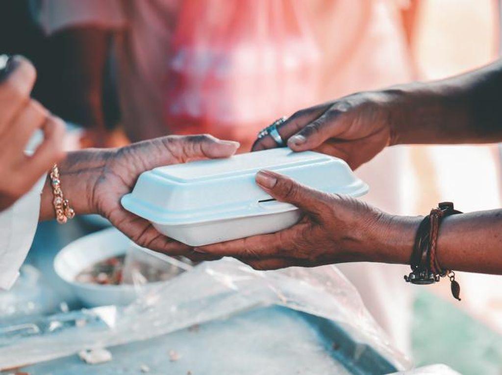Beri Makanan untuk Orang dengan Gangguan Jiwa, Netizen Ini Dapat Keajaiban
