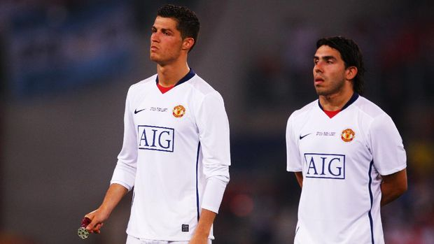 ROME - MAY 27:  Carlos Tevez of Manchester United and Cristiano Ronaldo of Manchester United look dejected after Barcelona won the UEFA Champions League Final match between Barcelona and Manchester United at the Stadio Olimpico on May 27, 2009 in Rome, Italy. Barcelona won 2-0.  (Photo by Laurence Griffiths/Getty Images)