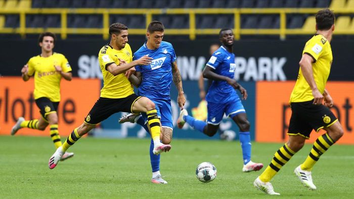DORTMUND, GERMANY - JUNE 27: Achraf Hakimi Mouh of Borussia Dortmund battles for possession with Steven Zuber of TSG 1899 Hoffenheim during the Bundesliga match between Borussia Dortmund and TSG 1899 Hoffenheim at Signal Iduna Park on June 27, 2020 in Dortmund, Germany. (Photo by Martin Rose/Getty Images)