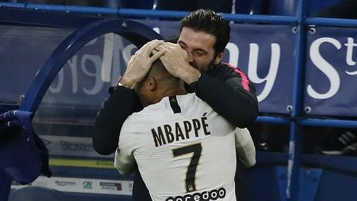 Paris Saint-Germains French forward Kylian Mbappe (L) celebrates with Paris Saint-Germains Italian goalkeeper Gianluigi Buffon after scoring a goal during the French L1 football match between Caen (SMC) and Paris Saint-Germain (PSG) at the Michel dOrnano Satdium in Caen, northwestern France, on March 2, 2019. (Photo by CHARLY TRIBALLEAU / AFP)