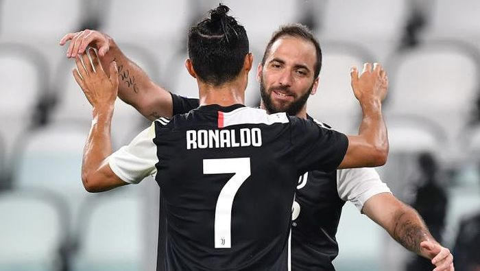 TURIN, ITALY - JUNE 26:  Gonzalo Higuain of Juventus celebrates a goal with team mate Cristiano Ronaldo during the Serie A match between Juventus and  US Lecce at Allianz Stadium on June 26, 2020 in Turin, Italy.  (Photo by Valerio Pennicino/Getty Images)