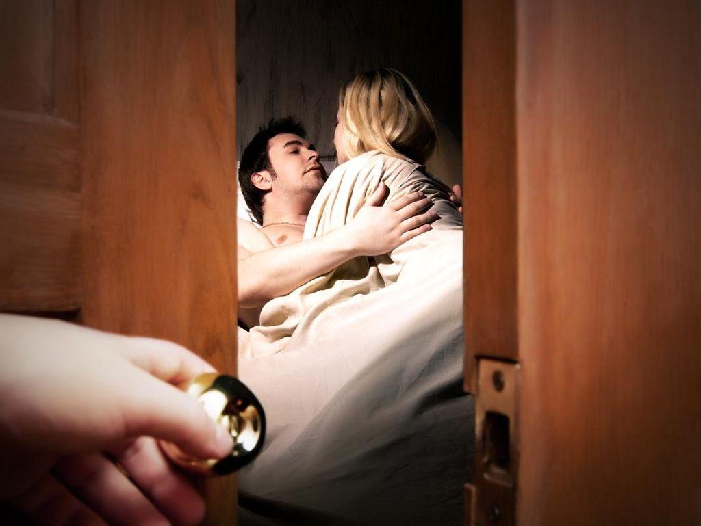 Kisah Sedih Istri Dapat Kado Ultah Pergoki Suami Selingkuh di Kos-kosan