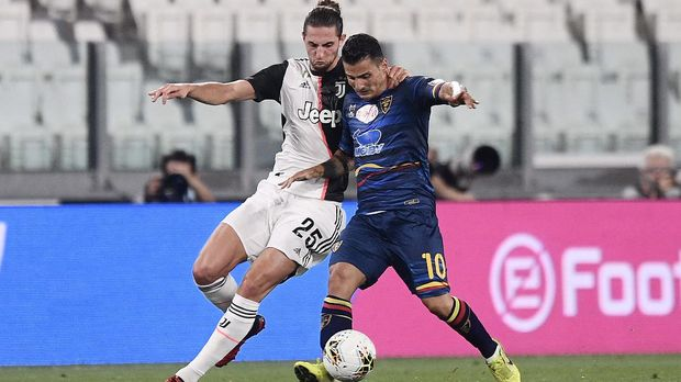 Lecce's Filippo Falco, right, and Juventus' Adrien Rabiot, left, in action during the Serie A soccer match between Juventus and Lecce, at the Allianz Stadium in Turin, Italy, Friday, June 26, 2020. (Fabio Ferrari/LaPresse via AP)