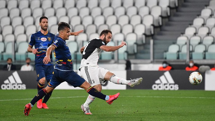 TURIN, ITALY - JUNE 26:  Gonzalo Higuain of Juventus scores a goal during the Serie A match between Juventus and  US Lecce at Allianz Stadium on June 26, 2020 in Turin, Italy.  (Photo by Valerio Pennicino/Getty Images)