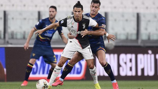 Juventus' Cristiano Ronaldo, center, in action during the Serie A soccer match between Juventus and Lecce, at the Allianz Stadium in Turin, Italy, Friday, June 26, 2020. (Fabio Ferrari/LaPresse via AP)