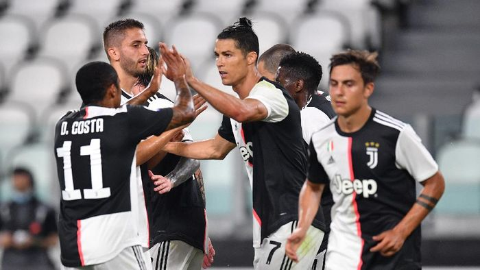 TURIN, ITALY - JUNE 26:  Cristiano Ronaldo (C) of Juventus celebrates his goal from the penalty spot with team mates during the Serie A match between Juventus and  US Lecce at Allianz Stadium on June 26, 2020 in Turin, Italy.  (Photo by Valerio Pennicino/Getty Images)