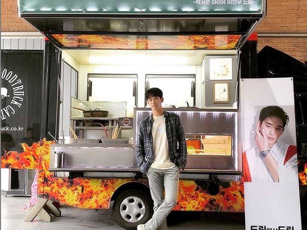 Kim Soo Hyun Banjir Kiriman Food Truck karena Bintangi Its Okay to Not Be Okay