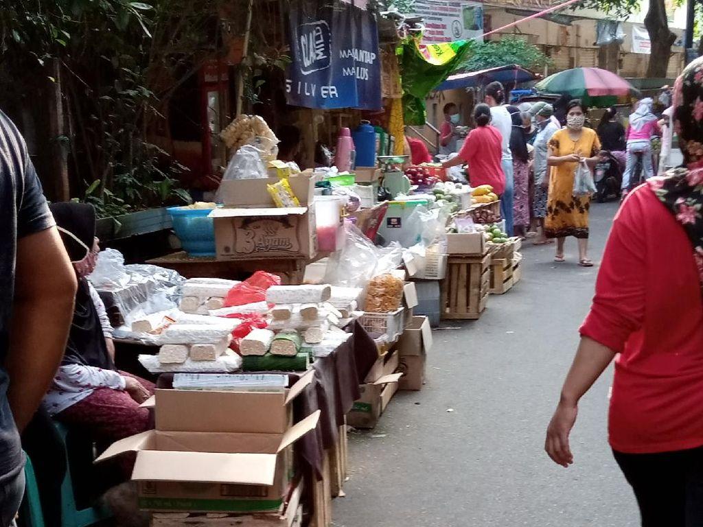 Pasar Gembrong Jakpus Ditutup karena Ada yang Corona, Pedagang Jualan di Luar