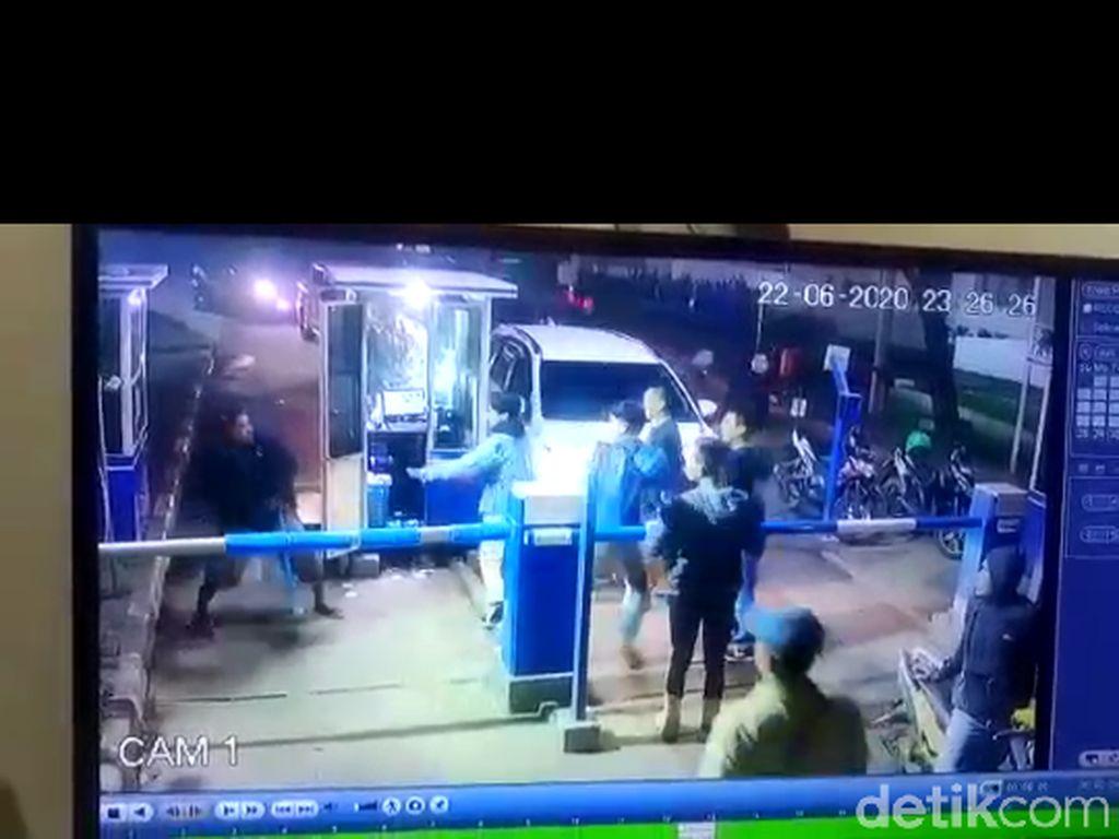 Petugas RS Al Ihsan Dianiaya Gegara Palang Pintu, Jari Tangan Korban Putus