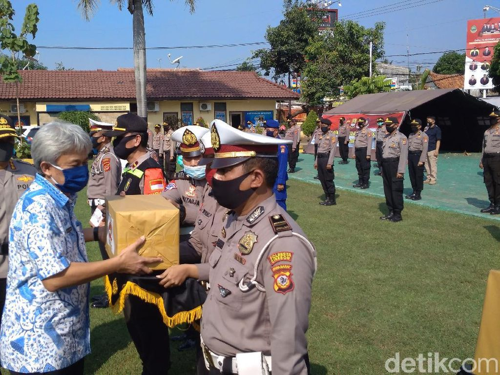Polisi Bagikan Bansos Bagi 15 Keluarga Napi Teroris yang Terdampak COVID-19