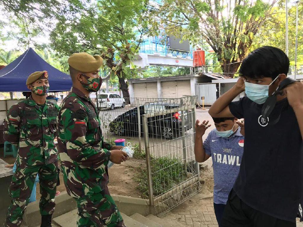 TNI Berjaga di Lapangan Karebosi Makassar, Pastikan Warga Pakai Masker
