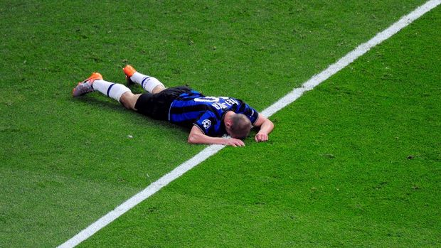 MADRID, SPAIN - MAY 22: Wesley Sneijder of Inter Milan lies on the ground during the UEFA Champions League Final match between FC Bayern Muenchen and Inter Milan at the Estadio Santiago Bernabeu on May 22, 2010 in Madrid, Spain.  (Photo by Jamie McDonald/Getty Images)
