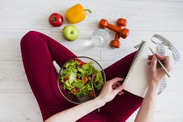 Jika seorang wnaita menjalani program diet ketat nantinya akan menyebabkan kelaparan, kelelahan, dan juga sakit kepala.