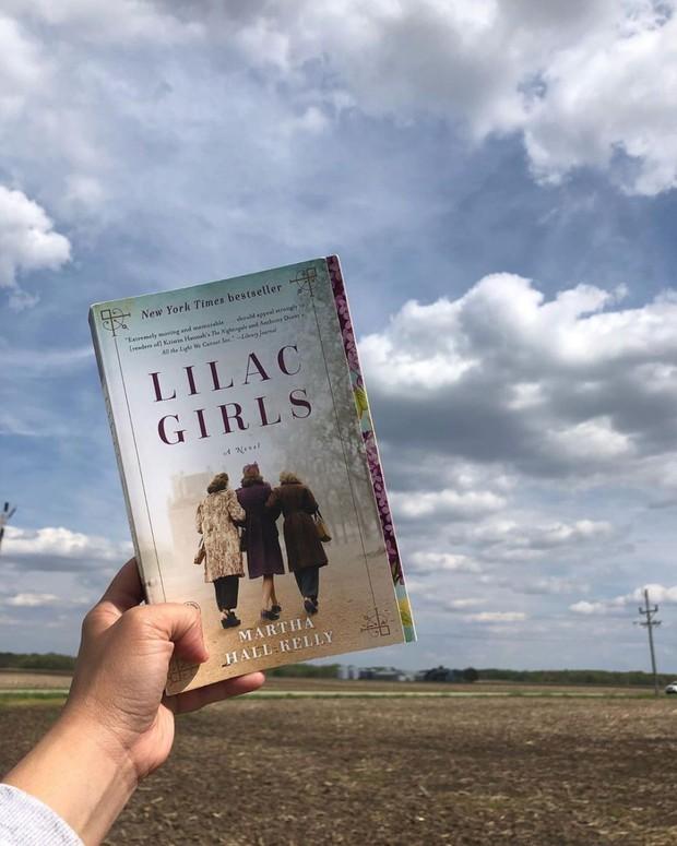 Novel Lilac Girls/ Foto: Instagram.com/ellaisreadingabook/